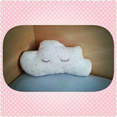 Cojín para bebés. Ideal para regalos originales. Backrest Pillow, Pillows, Diy, Ideas, Original Gifts, Clouds, Shapes, Manualidades, Dressmaking