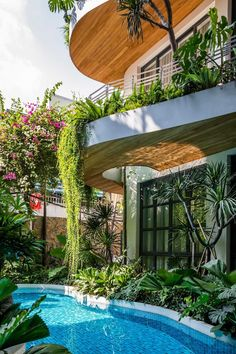A modern building with curved balconies and overhanging plants. Modern Buildings, Beautiful Buildings, Bright Hallway, Ar Fresco, Villa Pool, Large Curtains, Green Facade, Holiday Apartments, Exterior