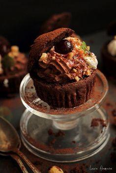 Retete muffins - Vezi aici ► Retete Laura Adamache Yummy Treats, Delicious Desserts, Cheesecake Cupcakes, Sweets Recipes, Food And Drink, Favorite Recipes, Baking, Food, Deserts