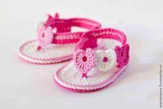 """Adorable sandale bébé orné de 3 coeurs , avec son pas à pas en images , trouvé sur la page facebook de """" Crochet Albums """" , accompagnés de ses grilles gratuites ! Je souhaite un bon crochet à toutes celles qui voudraient réaliser ces jolies sandales bébé..."""