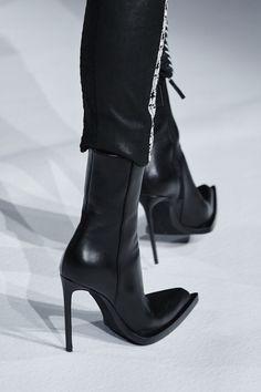 Desfile de moda de Haider Ackermann Fall 2020 Ready-to-Wear, Haider Ackermann, Buy Shoes, Me Too Shoes, Shoe Boots, Shoes Heels, Vans Shoes, Heeled Boots, Narrow Shoes, Mode Shoes