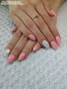 Przepiękna i słodka stylizacja w kolorach Gel Polish Candy Girl oraz Mr.White z Efektem Syrenki by Aleksandra Chmaruk :) Jeśli nas luibisz, łapka w górę! #pink #nails #silver #white #syrenka #effectnails
