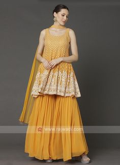 Dress Indian Style, Indian Fashion Dresses, Indian Designer Outfits, Mehendi Outfits, Indian Bridal Outfits, Gharara Designs, Saree Blouse Designs, Pakistani Fashion Party Wear, Pakistani Dress Design