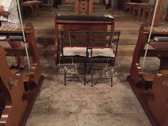 Alte Holzbretter mit Acryl beschriftet und an der Stuhllehne befestigt... Mr. & Mrs.