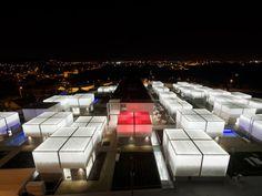 お年寄りのためにつくられた「The Alcabideche Social Complex」。緊急時には屋根が赤くなる。PHOTO BY GUEDES CRUZ ARCHITECTS