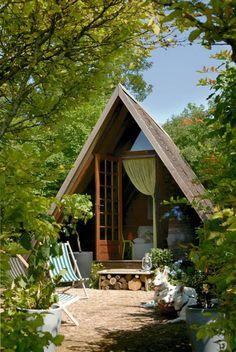 Une chambre dans une cabane au fond du jardin