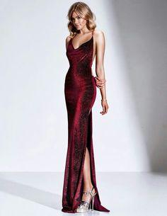#GuitaModa. Vestido vermelho drapeado estilo sereia com fenda, com brilho, sandália plataforma metalizada