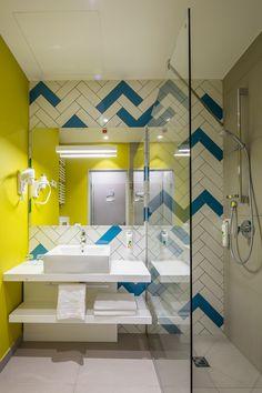 Banheiro moderno e colorido, que fez uso de nanoglass.  http://www.decorfacil.com/nanoglass/