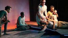 Tage der Dunkelheit   aus dem indischen Mahabharata   Regie: Sankar Venkateswaran  Es ist der letzte Tag der entscheidenden Schlacht aus dem Mahabharata: Wirbelstürme fegen über das Schlachtfeld es regnet Steine Geier ziehen ihre Kreise am Himmel und Flüsse fließen in die falsche Richtung. Schlimme Vorzeichen für den letzten Kampf um die gerechte Thronfolge. Dieser Heldenepos und bedeutendste Überlieferung der hinduistischen Mythologie erzählt die Geschichte eines Königshauses das durch…