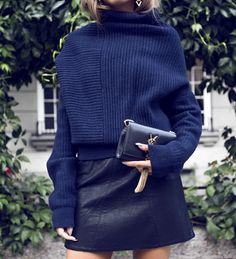 Pull bleu marine + mini jupe en cuir noir + micro sac carbone = le bon mix (blog Kenza Zouiten)