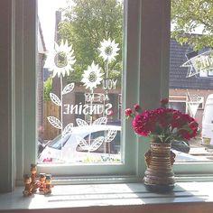 een zomerse tekening op het raam