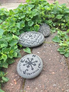 Stones with acrylic paint. Love the compass idea! Hand Painted Rocks, Painted Stones, Rock And Pebbles, Rock Decor, Sticks And Stones, Zen Art, Stone Mosaic, Rock Crafts, Love Painting