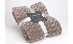 La manta Taupe 170x130 cm evoca la calidez de la tierra otoñal, y su suave tacto hará que este invierno nuestro hogar adquiera una nueva dimensión. Combinamos esta colcha con sofás, alfombras y plaids estilo rústico, por qué no un vintage o un ambiente colonial.  #mantas #carpets #winter #cristmasfeeling #alfombras #recibidor #hall #salones #bedroom #livingroom #cristmastdeco #gifts