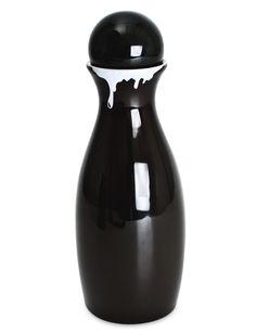 A linha de Garrafas de Leiteiro relembra a antiga tradição de entrega do leite em garrafas, que eram deixadas nas portas das casas pelos leiteiros. Agora na cor preta, ela vai marcar mais presença na sua mesa, aproveite! R$59.00