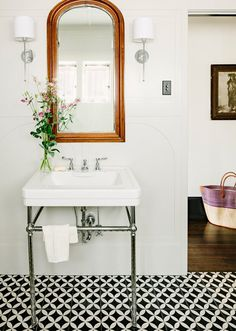 10 Bathrooms with Showstopping Tile Plus Where to Find It Miroir avec carreaux ciment
