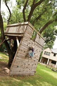 Tree fort with climbing wall access! Tree fort with climbing wall access! was last modified: April 2014 by admin Outdoor Fun, Outdoor Spaces, Outdoor Living, Outdoor Forts, Outdoor Pallet, Tree House Designs, Backyard Playground, Playground Kids, Plastic Playground
