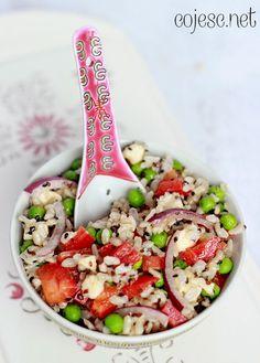 Sałatka z ryżem, mozzarellą i czarnym sezamem (dobra do lunchboxa)   Zdrowe przepisy Pauliny Styś