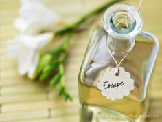 Homemade Gift Idea: How to Make Scented Bath Oil - Tips on Life and Love Home Scents, Lotion Bars, Body Treatments, Bubble Bath, Massage Oil, Soy Wax Candles, Homemade Gifts, Homemade Beauty, Diy Gifts