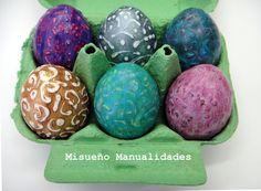 Huevos de pascua, decorados con pintura acrílica y pintura de contorno Patchliner de Décopatch. Taller para adultos 24 al 28 de marzo en www.misuenyo.es.