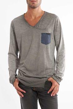 T-shirt manica lunga con taglio asimmetrico con taschino. Acquista subito >> http://www.scorpionbay.com/it/store/uomo/t_shirt-e-polo/t_shirt-105605