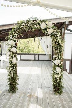 Свадебная арка из веток и цветов в стиле рустик