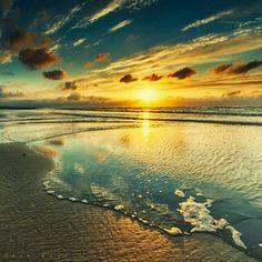"""""""Há mulheres que trazem o mar nos olhos/ Não pela cor/ Mas pela vastidão da alma/ E trazem a poesia nos dedos e nos sorrisos/ Ficam para além do tempo /Como se a maré nunca as levasse /Da praia onde foram felizes/ Há mulheres que trazem o mar nos olhos pela grandeza da imensidão da alma/ pelo infinito modo como abarcam as coisas e os Homens.../ Há mulheres que são maré em noites de tardes  e calma...""""(SOPHIA DE MELLO BREYNER ANDRESEN, in OBRA POÉTICA (Ed. Caminho, 2010)"""