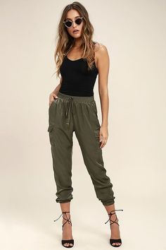 Up your street style game in the Up and at 'Em Olive Green Jogger Pants! These wear-anywhere silky woven joggers have a tying elasticized waist, plus side cargo pockets for a trendy touch. Relaxed pant legs with elasticized cuffs. Jogger Outfit, Harem Pants Outfit, Green Pants Outfit, Olive Green Outfit, Denim Fashion, Fashion Pants, Look Fashion, Fashion Outfits, Sporty Fashion