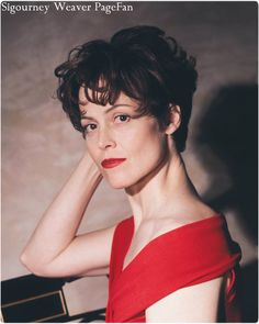 The reson I was named Sigourney was because of this wonderful Sigourney Weaver - 13 Celebrities Who Changed Their Names when They Attained Stardom . Sigourney Weaver Young, Olivia Wilde, Party Guests, Celebs, Celebrities, Brad Pitt, Celebrity Photos, Short Hair Cuts, Actresses