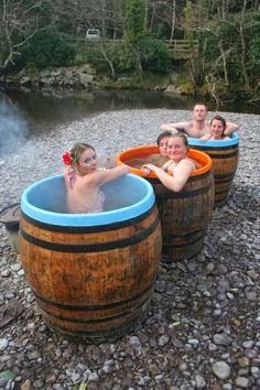 Heated Up!: 30 Stunning Wood-fired Hot Tubs from Around the World Dog Backyard, Backyard Hammock, Backyard Landscaping, Japanese Spa, Materiel Camping, Modern Bathtub, My Pool, Cool Pools, Pool Designs
