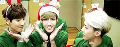OH MY GOD, KRIS IS DOING AEGYO!!! Lol tao in the back trying to be included! Hahaha