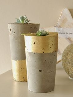 Concrete pots with metallic paint Cement Art, Concrete Cement, Concrete Crafts, Concrete Projects, Diy Cement Planters, Papercrete, Beton Diy, Painted Pots, Deco Table