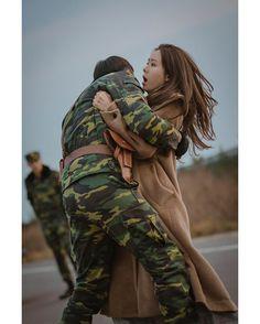 Hyun Bin - Son Ye Jin (Crash landing on you) Hyun Bin, Korean Drama Movies, Korean Actors, Korean Dramas, Jung Hyun, Jung Yong Hwa, Drama Stage, Best Kdrama, Big Bang Top