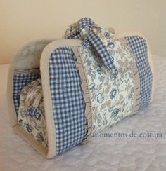 kit manicure em patchwork passo a passo ile ilgili görsel sonucu Sewing Hacks, Sewing Tutorials, Sewing Projects, Patchwork Bags, Quilted Bag, Bag Quilt, Diy Sac, Fabric Bags, Sewing Accessories