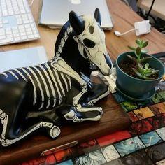 Ceramic dog skeleton - very Day of the Dead - skull item. Goth Home Decor, Halloween Home Decor, Diy Halloween Decorations, Halloween House, Holidays Halloween, Halloween Crafts, Halloween Party, Dog Skeleton, Arte Obscura