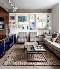 Apartamento de 102 m² tem acabamento em madeira e móveis assinados