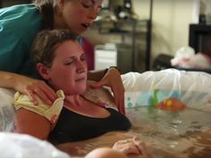 Dieses Video zeigt die liebevolle Wassergeburt eines kleinen Mädchens.