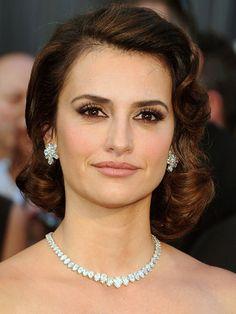 PENÉLOPE CRUZ    En la reciente entrega del Premio Oscar, la actriz española revivió el romanticismo de los años 20 con el cabello ligeramente ondulado y mucho fijador, peinado conocido como rizos pin, el cual era preferido por las mujeres de aquella época.