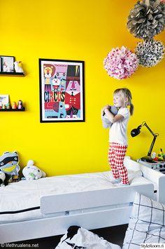 lastenhuone,keltainen,värikäs,päiväpeitto,printit,juliste,lastensänky,värikäs koti