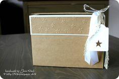 Heute habe ich diese tolle Box für euch im Angebot. Ich hatte 2008! schon einen anderen Typ gewerkelt, in den aber keine Umschläge passten. Hier in diesem Post(klick)findet ihr den Ursprungstyp, und im Internet findet ihr ganz viele Videos zur *Stationary Box*.    Diese Variante ist auch eher Weihnachtlich... Es passen Umschlägen Karten und Tags in die Box. Vorne an könnte man noch ei ...