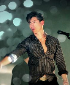Find images and videos about arctic monkeys and alex turner on We Heart It - the app to get lost in what you love. Alex Arctic Monkeys, Arctic Monkeys Lyrics, The Last Shadow Puppets, Daddy Issues, Alter, Pretty Boys, Beautiful Men, Beautiful People, Singer