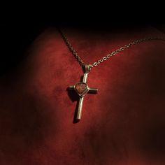 """Náhrdeník křížek Srdíčko Náhrdelník Křížek Srdíčko je zhotoven z mosazi a červeného lávového achátu. Mosaz je materiál hojně využívaný v době secese a má tu výhodu, že ji můžete sami doma vyleštit do vysekého zlatého zrcadlového lesku nebo ji můžete nechat """"zajít"""", takže bude vypadat jako z truhly po babičce. Je pájen tvrdě a částečně i měkce. Je ..."""