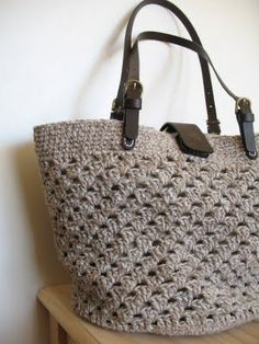 Cute Crochet Bag (scroll down to find what pattern and yarn she used!)