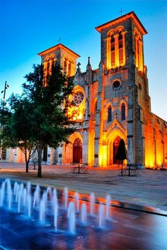 The best places to take photos in San Antonio! Are you traveling to San Antonio, TX and looking for great spots to take some photos? Do you love Spanish Missions? Do you love architecture? Do you love modern art? Texas Hill Country, Viaje A Texas, The Places Youll Go, Places To See, San Fernando Cathedral, Cities, Cathedral Church, Lokal, Texas Travel
