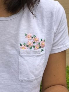 Einige einfache kleine Blumen für ein altes T-Shirt! : Stickerei Some simple little flowers for an old T-shirt! : Embroidery one The post Some simple little flowers for an old T-shirt! : Embroidery & appeared first on Embroidery and Stitching. Indian Embroidery Designs, Embroidery On Kurtis, Kurti Embroidery Design, Embroidery On Clothes, Couture Embroidery, Embroidered Clothes, Embroidery On Tshirt, Embroidery Ideas, Embroidery Thread