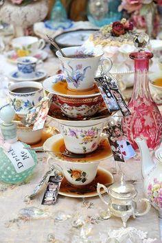 des tasses multicolores  - Pour un mariage Alice au Pays des Merveilles