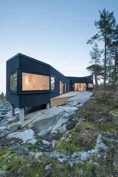 pS Arkitektur's Villa Blåbär is a Geothermal Home Wrapped With a Black Felt Facade Architecture Résidentielle, Scandinavian Architecture, Beautiful Architecture, Sweden House, Villa, Small Buildings, Sustainable Design, My House, Beautiful Homes