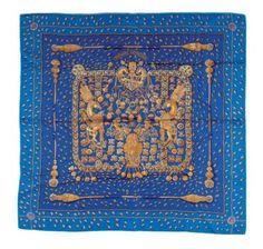 HERMES Carré en soie imprimée fond bleu, titré «Trésors retrouvés», d'Annie Faivre.