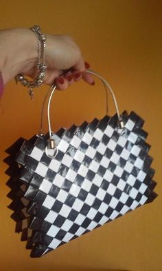 Reciclaje Ideas, Paper Candy, Candy Wrappers, Candy Bags, Louis Vuitton Damier, Projects To Try, Tote Bag, Purses, Crafts