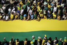 Manifestação pelo impeachment Faixa com as cores da bandeira do Brasil, no Rio de Janeiro, durante manifestação favorável ao impeachment de Dilma Rousseff. RICARDO MORAES (REUTERS)