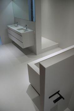 Naadloze stoere badkamer  Meer interieur-inspiratie? Kijk op Walhalla.com Decor, Furniture, Bathroom Lighting, Interior, Lighted Bathroom Mirror, Home Decor, Bathroom Mirror, Bathroom, Sink